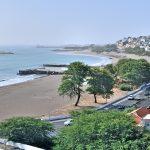 Praia, la capitale du Cap-Vert : le bord de mer avec l'île de Santa Maria.